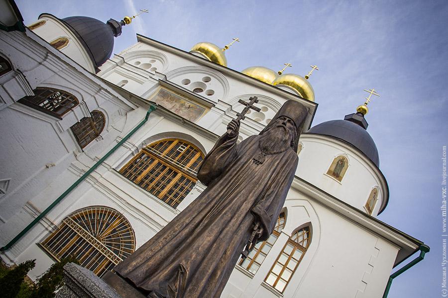 Памятник священномученику Серафиму епископу Дмитровскому.