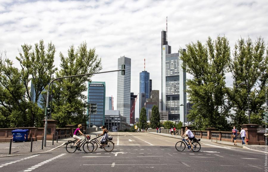 Банкиры едут на работу Франкфурт-на-Майне